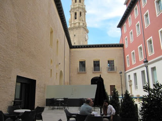 Cena en el patio del palacio arzobispal (sábado, 22)