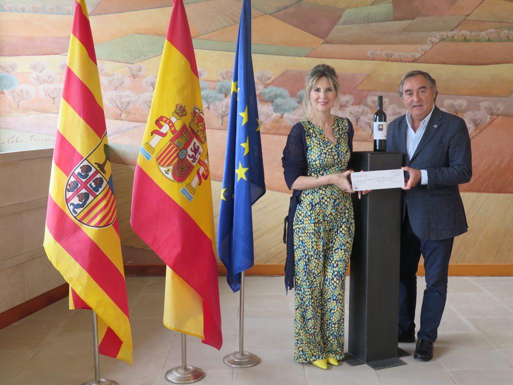Eva Álvarez, presidenta de los rotarios oscenses, y Luis Nozaleda, consejero delegado de Enate. FOTO: Cortesía Enate