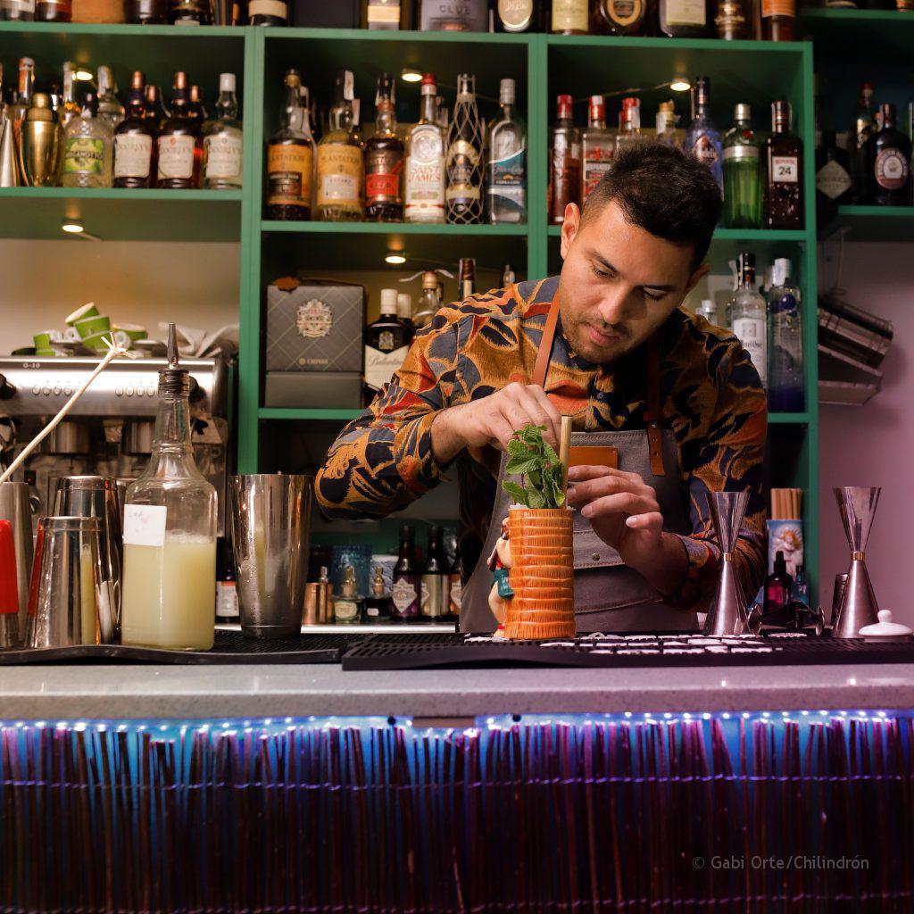 Roger elaborando uno de sus cócteles. FOTO: Gabi Orte / Chilindrón