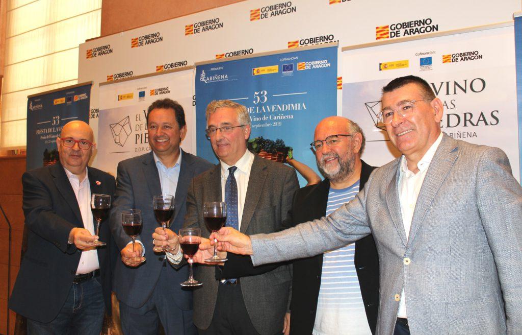 José Luis Campos, Ignacio Casamitjana, Joaquín Olona, Antón Castro y Claudio Herrero brindan con Cariñena