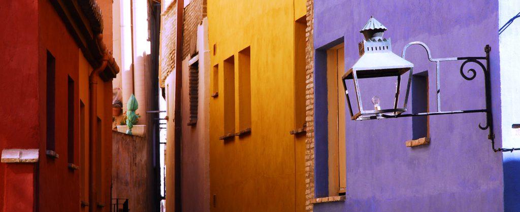 Judería de Tarazona, callejon con casas de colores amarillo rojo y morado.