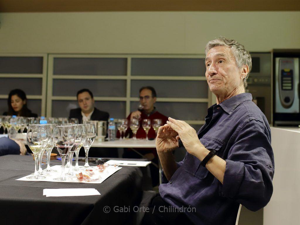 El crítico enogastronómico Carlos Delgado durante la cata. Foto: Gabi Orte