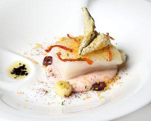 Horeca ABSINTHIUM Bacalao de la Isla de Oso con crema de almendra ecológica de Alcañiz y Empeltre de Belchite, tomate seco y poutargue.