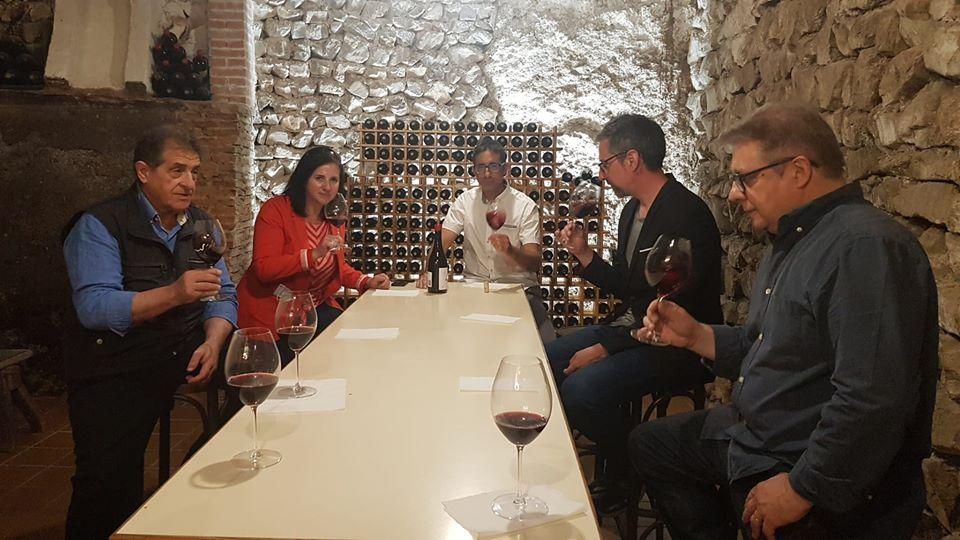 La directora general Carmen Urbano con los enólogos Mariano y Jorge Navascués, y el presidente de los Enólogos de Aragón, Isidro Moneva.