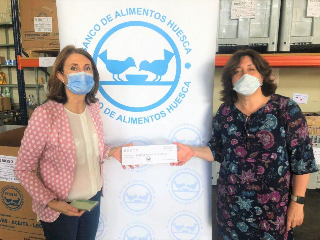20-05 Ana Gállego, directora de Comunicación, entrega el cheque a Julia Lera, Banco de Alimentos