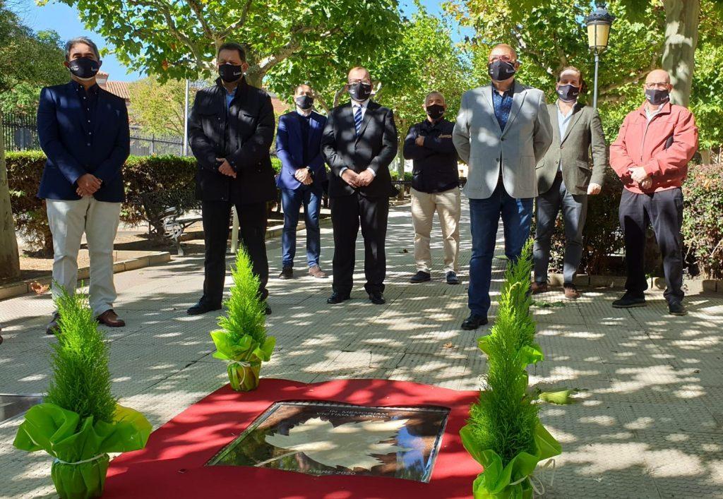 Representantes DOP Cariñena ante la placa de homenaje a las víctimas del covid-19