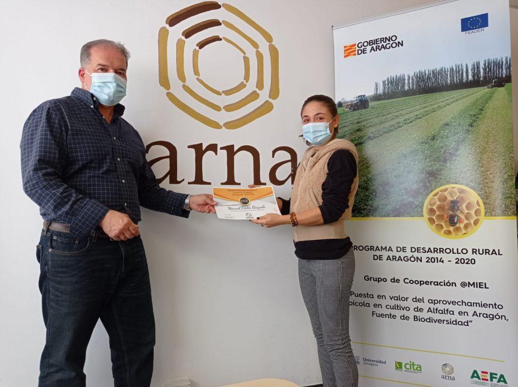 El ganador del concurso Manuel Costa recogiendo del premio de manos de Anna de ARNA