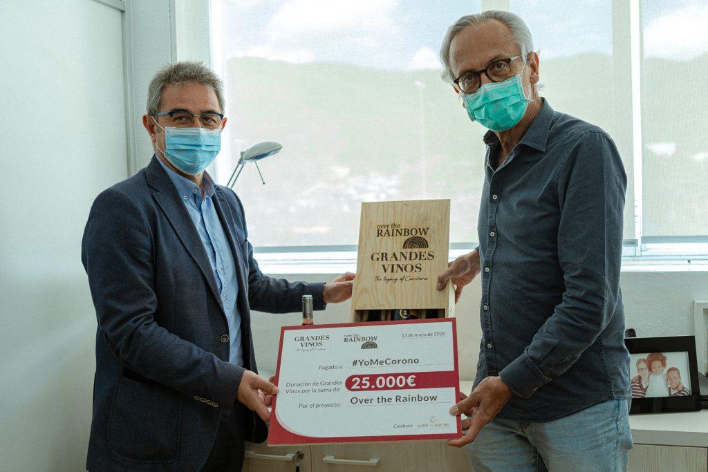 Uno de los cheques entregados a Bonaventura Clotet de Médicos del Mundo por José Antonio Briz