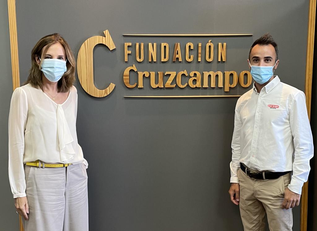 Regla Bejarano, directora de Fundación Cruzcampo, y Daniel Goicoechea, Trade Marketing Iberia Araven