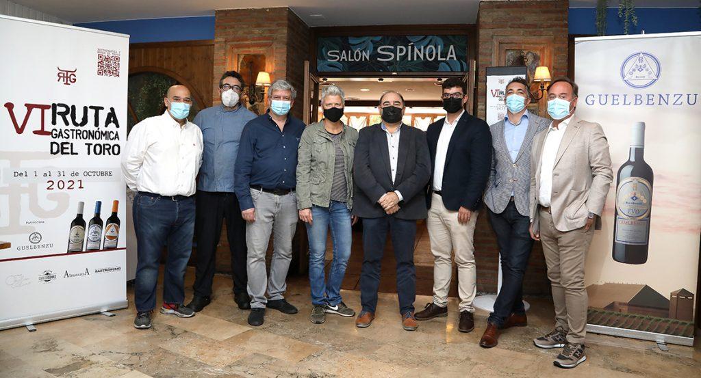 Foto de familia con organizadores y propietarios de Ambrosio y Justino.
